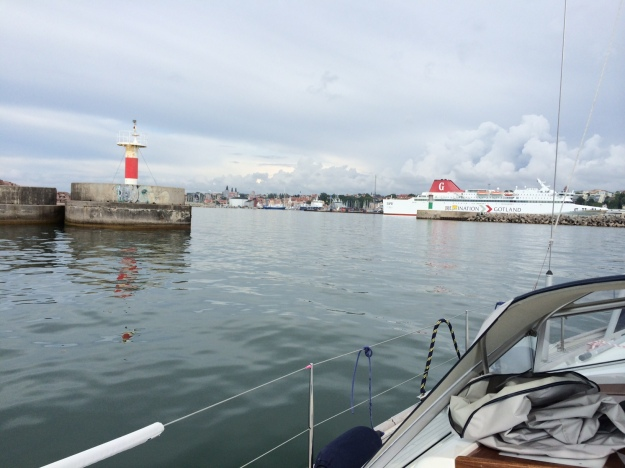 På väg in i Visby hamn, tydlig och bra pir att passera in i